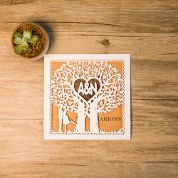 Faire-part ciselé silhouette couple et arbre à cœur ivoire et kraft et personnalisation des initiales