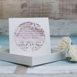 Faire-part ciselé mariés sous une arche blanc et rose